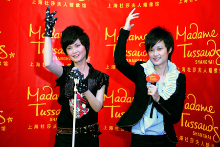 (090924) -- SHANGHAI, Sept. 24, 2009 (Xinhua) -- Chinese pop singer Li Yuchun poses for photos with a life-size wax figure of herself at the Madame Tussauds in Shanghai, east China, Sept. 24, 2009. Li's figure made its debut here on Thursday.           (Xinhua/Zhu Liangcheng)  (wqq)